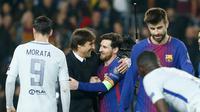 Pelatih Chelsea, Antonio Conte berjabat tangan sambil memeluk Lionel Messi usai pertandingan melawan Barcelona pada leg kedua babak 16 besar Liga Champions di stadion Camp Nou (14/3). Barcelona menang telak 3-0 atas Chelsea. (AFP Photo/Pau Barrena)