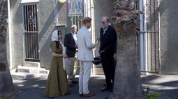 Duchess of Sussex Meghan Markle bersama suaminya, Pangeran Harry berbincang saat mengunjungi Masjid Auwal, Cape Town, Afrika Selatan (24/9/2019).Kunjungan Pangeran Harry dan Meghan Markle merupakan rangkaian tur 10 hari pasangan kerajaan Inggris itu di Afrika. (AFP Photo/David Harrison)