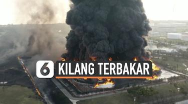 Kebakaran besar masih terjadi di kilang minyak Pertamina Balongan Senin (29/3) pagi. Tampak dari udara Api berkobar besar diserta asap hitam pekat.