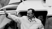 Foto file 19 November 1992, Presiden AS George Bush melambaikan tangan saat menaiki Marine One untuk berakhir pekan di retret kepresidenan di Camp David, Maryland. Bush Senior meninggal dunia pada Jumat waktu setempat di usia 94 tahun. (Luke FRAZZA / AFP)