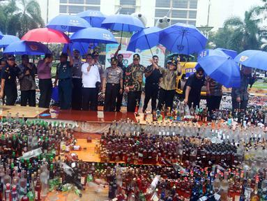 Menteri Keuangan Sri mulyani bersama sejumlah menteri lainnya dan Kapolri Jedral Tito Karnavian saat memusnahkan barang bukti hasil sitaan di Bea dan Cukai, Jakarta, Kamis (15/2). (Liputan6.com/Anggan Yuniar)