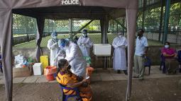 Tentara Sri Lanka memberikan vaksin Pfizer COVID-19 kepada wanita lanjut usia di tempat vaksinasi di Kolombo, Rabu (7/7/2021). Sri Lanka memberikan Pfizer untuk dosis kedua kepada mereka yang dibiarkan menunggu usai menerima AstraZeneca sebagai yang pertama awal tahun ini. (AP/Eranga Jayawardena)