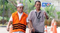 Gubernur Aceh Irwandi Yusuf memakai rompi oranye dikawal petugas saat tiba untuk turun dari mobil tahanan tiba untuk menjalani pemeriksaan lanjutan di gedung KPK, Jakarta, Rabu (25/7). (Merdeka.com/Dwi Narwoko)