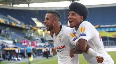 Pemain Sevilla merayakan gol yang dicetak Youssef En-Nesyri ke gawang AS Roma dalam laga babak 16 besar Liga Europa 2019/2020 di MSV-Arena, Jerman, Jumat (7/8/2020) dini hari WIB. Sevilla menang 2-0 atas AS Roma. (AFP/Wolfgang Rattay/pool)