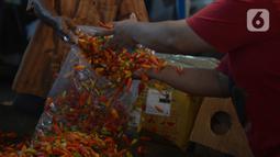 Pedagang melayani pembeli cabai di pasar Induk Kramat Jati, Jakarta, Rabu (7/4/2021).  Semua bahan pangan seperti cabai dan bawang akan stabil jelang puasa Ramadan dan Lebaran Idul Fitri 2021. (merdeka.com/Imam Buhori)