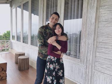 Berfoto di sebuah rumah kayu yang tampak bersih, Jonas Rivanno memeluk Asmirandah dengan mesra. Pasangan yang sudah menikah sejak tahun 2013 ini tampak bahagia dengan senyum yang mengembang. (Liputan6.com/IG/@asmirandah89)