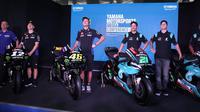Valentino Rossi (tengah) pada perkenalan tim-tim Yamaha Motorsport di sirkuit Sepang pada Selasa (5/2/2019) (Liputan6.com/Defri Saefullah)