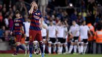 Gelandang Barcelona, Ivan Rakitic, tampak murng usai takluk dari Valencia pada laga La Liga Spanyol di Stadion Camp Nou, Barcelona, Minggu (17/4/2016). Barca kini hanya unggul selisih gol dari Atletico pada klasemen Liga Spanyol. (AFP/Josep Lago)