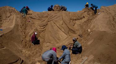 Sebuah ukiran pasir yang bergambarkan Yesus Kristus saat berlangsungnya perayaan Pekan Suci Paskah di Arenal de Cochiraya, Bolivia, Jumat (14/4). Dua ratus seniman berkumpul untuk membuat ukiran Yesus saat acara tersebut. (AP Photo / Juan Karita)