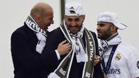 Pelatih Real Madrid, Zinedine Zidane, saat tertawa bersama Karim Benzema. (Liputan6.com/UEFA)