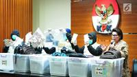 Wakil Ketua KPK Basaria Panjaitan (kanan) dan Petugas KPK menunjukan barang bukti tersangka penerimaan suap Dirjen Perhubungan Laut (Hubla) A Tonny Budiono dan Adiputra Kurniawan di Gedung KPK, Kamis (24/08). (Liputan6.com/Helmi Afandi)