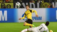 Gelandang Borussia Dortmund, Christian Pulisic (atas) mengelabui kiper Benfica, Ederson Moraes, pada Leg 2 Babak 16 Besar Liga Champions 2016-2017, di Dortmund, Kamis (9/3/2017) dini hari WIB. Pulisic menjadi pemain termuda Dortmund yang mencetak gol pada