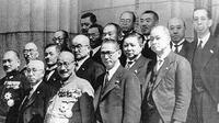 Sosok seragam militer di barisan depan adalah Hideki Tojo (perdana menteri), sebelah kanannya adalah Menteri Negara Teiichi Suzuki, ujung kiri adalah Menteri Angkatan Laut Shigetarō Shimada, dan ujung kanan Menteri Perdagangan dan Industri Nobusuke Kishi.