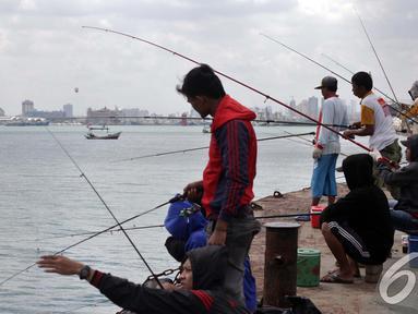 Memancing menjadi hobi sebagian warga Jakarta dan sekitarnya, Pelabuhan Muara Baru, Jakarta, Minggu (11/1/2015). (Liputan6.com/Faizal Fanani)