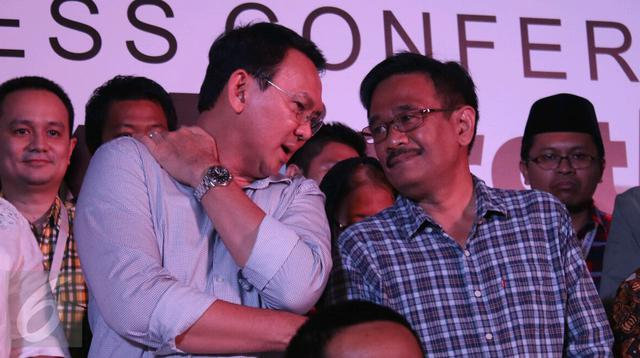 Ahok bersama Djarot saat konferensi pers terkait hasil hitung cepat Pilkada DKI 2017, Jakarta, Rabu (14/4). Ahok berjanji akan melunasi janji-janjinya selama menjabat sebelum lepas jabatan Oktober 2017. (Liputan6.com/Angga Yuniar)