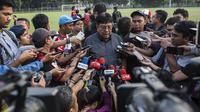 Direktur Utama Persija Jakarta, Gede Widiade, memberikan keterangan pers usai latihan di Lapangan ABC Senayan, Jakarta, Senin (14/5/2018). Latihan ini persiapan jelang melawan Home United pada laga AFC Cup. (Bola.com/Vitalis Yogi Trisna)