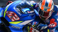 Pebalap Suzuki Ecstar, Alex Rins, saat beraksi pada tes pramusim MotoGP 2019 di Sirkuit Sepang, Kamis (7/2). Pada tes pramusim kali ini Maverick Vinales menduduki posisi pertama dengan catatan waktu 1 menit 58.897 detik. (AFP/Mohd Rasfan)