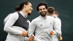 Striker Liverpool, Mohamed Salah, saat latihan jelang laga Liga Champions di Melwood, Liverpool, Senin (23/4/2018). Liverpool akan berhadapan dengan AS Roma. (AP/Martin Rickett)
