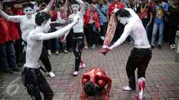 Aksi teaterikal diperagakan oleh sejumlah orang dari GMNI saat aksi di depan Kantor PT. Freeport Indonesia, Jakarta, Jumat (24/2). Mereka menganggap keberadaan Freeport hanya menjadikan Indonesia sapi perahan. (Liputan6.com/Faizal Fanani)