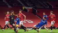 Striker Everton, Dominic Calvert-Lewin, ketika menembakkan bola yang berbuah gol ketiga Everton ke gawang Manchester United pada akhir pertandingan pekan ke-23 Premier League di Old Trafford, Minggu (7/2/2021) dini hari WIB. Everton menahan imbang Manchester United 3-3. (MICHAEL REGAN / POOL / AFP)