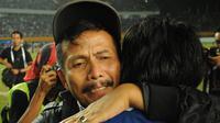 Pelatih Persib Bandung, Djadjang Nurdjaman memeluk Toni Sucipto usai menumbangkan Persipura Jayapura dan menjadi kampiun ISL 2014 di Stadion Gelora Sriwijaya, Palembang, (7/11/2014). (Liputan6.com/Helmi Fithriansyah)