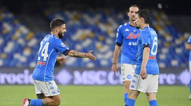 Striker Napoli, Lorenzo Insigne (kiri) melakukan selebrasi usai mencetak gol kelima timnya ke gawang Udinese dalam laga lanjutan Liga Italia 2020/2021 pekan ke-36 di Diego Armando Maradona Stadium, Naples, Selasa (11/5/2021). Napoli menang 5-1 atas Udinese. (LaPresse via AP/Fabrizio Corradetti)