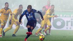 Pemain Atalanta, Alejandro Dario Gomez  melakukan tendangan penalti pada laga leg pertama semifinal Coppa Italia kontra Juventus di Atleti Azzurri d'Italia, Rabu (31/1). Juventus menang tipis 1-0 berkat gol Gonzalo Higuain. (Paolo Magni/ANSA via AP)