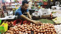 Pedagang menata telur di pasar, Jakarta, Jumat (6/10). Dari data BPS inflasi pada September 2017 sebesar 0,13 persen. Angka tersebut mengalami kenaikan signifikan karena sebelumnya di Agustus 2017 deflasi 0,07 persen. (Liputan6.com/Angga Yuniar)