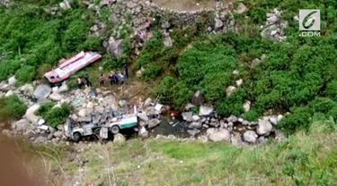 Sebuah bus yang kelebihan muatan dan penumpang masuk jurang di India hingga sebabkan 48 orang tewas.