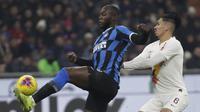 Striker Inter Milan Romelu Lukaku berjibaku dengan bek AS Roma Chris Smalling pada laga Serie A di Stadio Giuseppe Meazza, Jumat (6/12/2019) atau Sabtu dini hari WIB. (AP Photo/Luca Bruno)