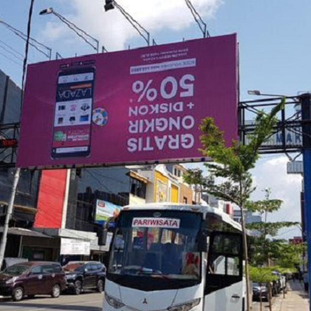 Lazada Pasang Billboard Iklan Terbalik Warganet Bingung