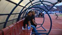 CEO Arema Cronus, Iwan Budianto saat menemani timnya di Stadion Manahan, Solo, Minggu (11/10/2015). (Nicklas.Hanoatubun).