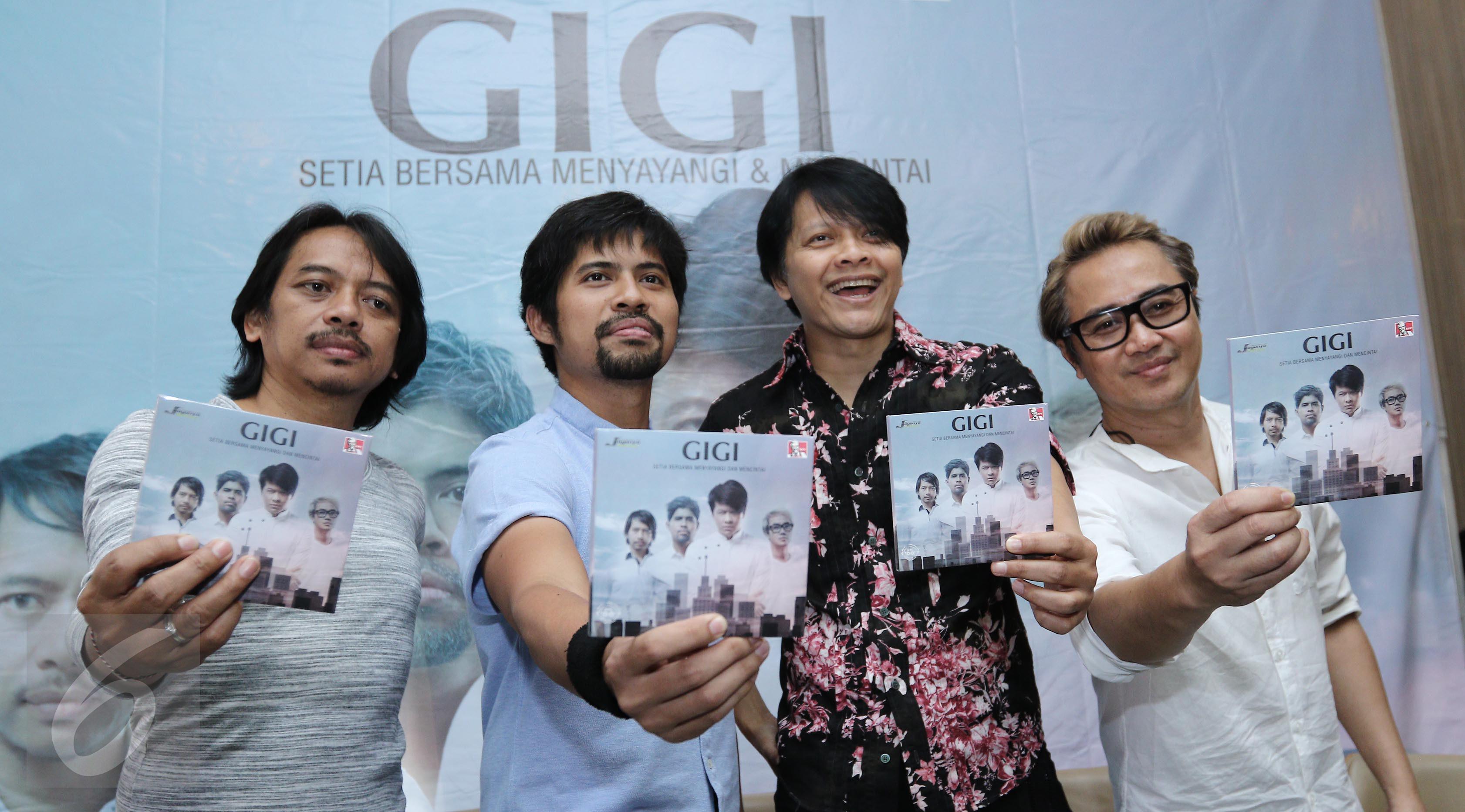 Personil band GIGI berpose dengan albumnya seusai peluncuran album religi ke-9 di kawasan Kemang, Jakarta, Senin (15/5). Band GIGI launching album religi ke-9 bertajuk