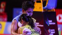 Apriyani Rahayu memeluk Greysia Polii usai menjuarai Yonex Thailand Open 2021 di Impact Arena, Bangkok, Minggu (17/1/2021). (foto: BWF-limited acces)