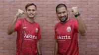 Dua PEMAIN Persija Jakarta, Andritanya Ardhiyasa dan Rezaldi Hehanussa, bergaya pada BOLA Esports Challenge di Kantor KLY, Jakarta, Jumat (26/6/2020). (Bola.com/Muhammad Iqbal Ichsan).