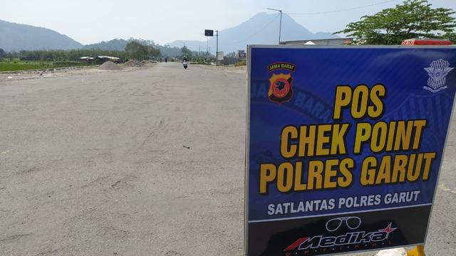 Nampak arus lalu lintas di wilayah pos penyekatan Kadungora, Jawa Barat terlihat senggang pada Senin siang hari.