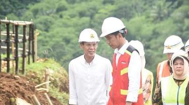 Jaro Ade saat menemani Jokowi dalam sebuah acara. (Ist)