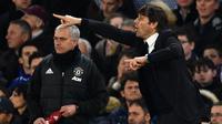 Pelatih Chelsea, Antonio Conte, beradu taktik dengan pelatih Manchester United, Jose Mourinho. Kemenangan ini menjadi catatan postif bagi Conte yang sejak menangani Chelsea sudah dua kali menang atas Mourinho. (AFP/Glyn Kirk)