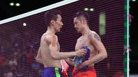 Lee Chong Wei (kiri)  dan Lin Dan bertukar bjersey usai berlaga pada semifinal bulutangkis Olimpiade Rio 2016 di  Riocentro stadium, Rio de Janeiro, (19/8/2016). (AFP/Goh Chai Hin)