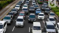 Sejumlah mobil melintas di jalan Sudirman, Jakarta, Senin  (10/2/2020). Pada tahun 2019, industri otomotif nasional mengalami penurunan penjualan, terutama kendaraan komersial yang turun 18, 26 persen atau sekitar 94.000 unit. (Liputan6.com/Angga Yuniar)