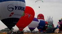 Kemeriahan Festival Balon Udara Internasional yang berlangsung di Clark, Utara Manila, Provinsi Pampanga, Filipina, Kamis (8/2). Festival ini menampilkan 26 balon udara raksasa aneka warna dan bentuk. (AP Photo/Bullit Marquez)