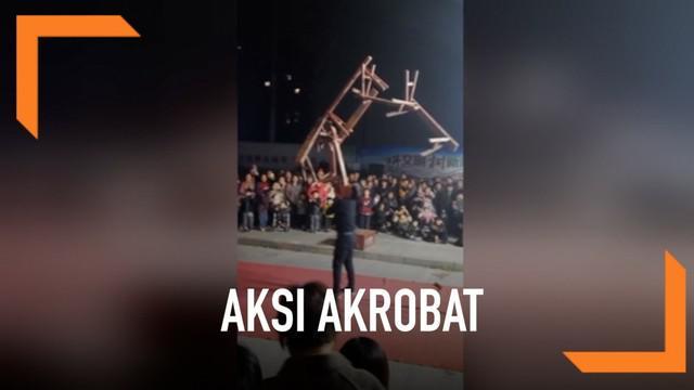 Aksi akrobat seorang pria mengangkat tujuh bangku dengan mulut di China. Diketahui ia memulai belajar akrobat sejak 30 tahun lalu.