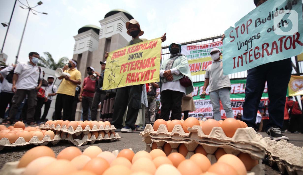 Peternak ayam membawa spanduk dan telur di berunjuk rasa di depan gedung MPR/DPR/DPD, Senayan, Jakarta, Senin (11/10/2021). Dalam aksinya Peternak ayam yang berasal dari Jawa Timur, dan Jawa Tengah menuntut kenaikan harga karna anjloknya harga telur ditingkat peternak. (Liputan6.com/Johan Tallo)
