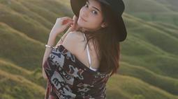 Dalam liburannya tersebut, tempat yang kerap ia unggah adalah saat liburan ke pantai seperti waktu di Bali bersama sahabat. Saat liburan, penampilannya pun kerap curi perhatian, seperti saat kenakan mini dress. (Liputan6.com/IG/@danniasalsabilla)
