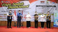 Menaker Ida Fauziyah saat meninjau vaksinasi COVID-19 bagi pekerja retail di Bandung, hari Rabu (14/7/2021).