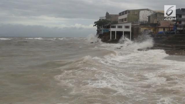 Cuaca Ekstrem melanda Nusa Tenggara Timur selama sepekan. Hujan deras, angin kencang dan gelombang tinggi di laut membuat warga takut beraktivitas.