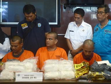Petugas BNN menunjukkan tiga tersangka berserta barang bukti sabu seberat 20 Kg saat rilis di Kantor BNN, Jakarta, Kamis (26/4). Sabu tersebut diselundupkan dari Malaysia ke Dumai. (Merdeka.com/Imam Buhori)