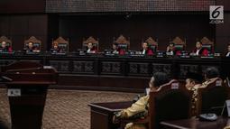 Ketua Majelis Hakim Mahkamah Konstitusi, Anwar Usman didampingi sejumlah Hakim Konstitusi membuka sidang putusan sengketa hasil Pilpres 2019 di Gedung Mahkamah Konstitusi, Jakarta, Kamis (27/6/2019). Sidang tersebut beragendakan pembacaan putusan oleh majelis hakim MK. (Liputan6.com/Faizal Fanani)