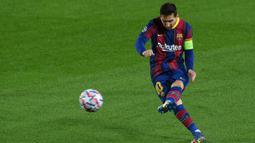 2. Jumlah Gol. Lionel Messi unggul dengan mencetak 28 gol bersama Barcelona, sedangkan Cristiano Ronaldo baru membukukan 25 gol bersama Manchester United, Real Madrid dan Juventus. (AFP/Lluis Gene)