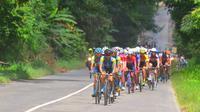 Tour de Singkarak 2018 telah memasuki etape III yang menempuh jarak 150,4 kilometer, Selasa (6/11/2018). (Bola.com/Rizki Hidayat)